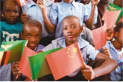赞比亚手持中赞两国国旗的儿童