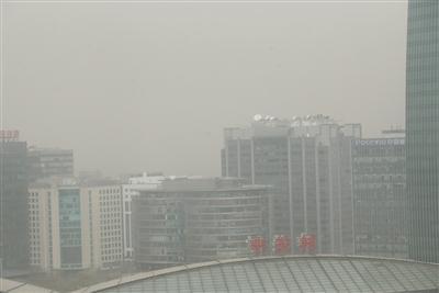 昨日,中关村附近的高楼被沙尘笼罩。新京报记者 王贵彬 摄
