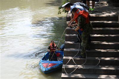 昨日,救援人员打捞事故船只
