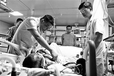 医生在对伤者进行检查供图/视觉中国