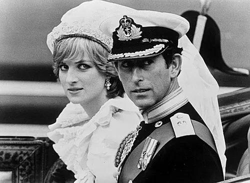 ▲這是在聖保羅大教堂舉行婚禮以後,威爾士親王和戴安娜王妃坐馬車回白金漢宮的資料照片。新華社發