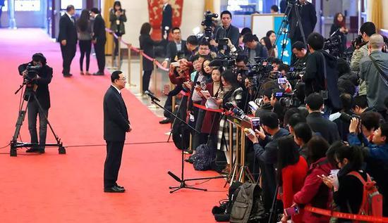 雒树刚在接受记者采访 中新社记者 富田 摄(来源:中新网)