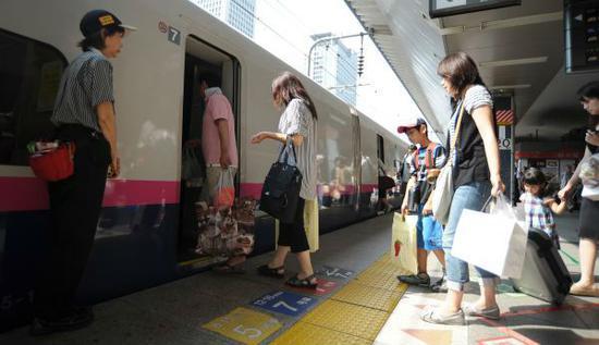 乘客准备乘坐日本新干线列车。(新华社)