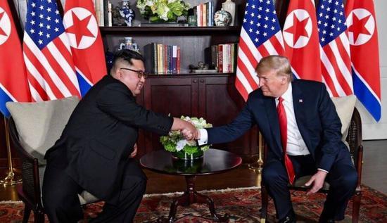 金正恩与特朗普在新加坡会晤。(特朗普推特)