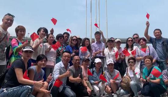 50多位香港旅游业从业人员在尖沙咀合影。