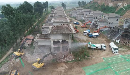 2018年8月14日,大型机器对西安市鄠邑区蒋村镇的违建别墅举行拆除。(新华社记者 邵瑞 摄)