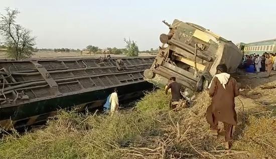 巴基斯坦火车相撞已致36人死亡 巴总理要求彻查原因
