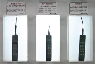 """2005年南京手机博览会:参观者见识当年""""大哥大""""手机风采。图/视觉中国"""