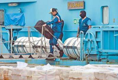 日前,在西班牙比戈,当地海关拦截一艘载有数千公斤可卡因的货船。图为海关工作人员在货船上检查。   影像中国