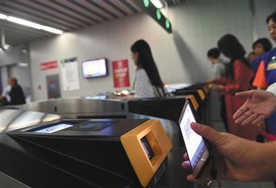 4月29日,乘客在地铁8号线奥林匹克公园站扫码出站。新京报记者 王贵彬 摄