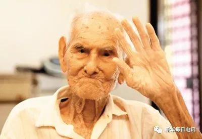 图为李亚留老人。