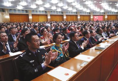 昨日,十三届全国人大一次会议在北京人民大会堂举行第七次全体会议。新华社记者 刘卫兵 摄