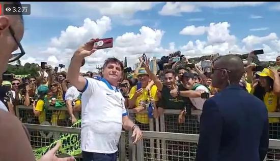 3月15日,巴西总统出席游行活动并与民众自拍 。巴西总统个人社媒账号视频直播截图