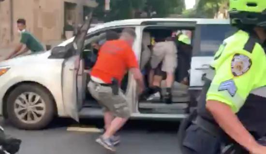 纽约警察街头穿便衣暴力执法 美民众怒斥:无异于绑架