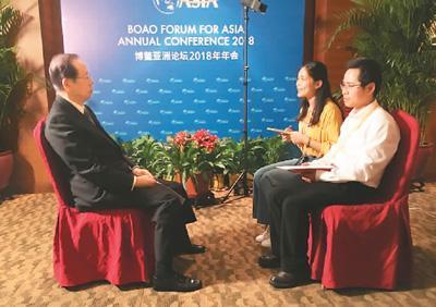 图为福田康夫(左)正在接受本报记者采访。   王筱媚摄