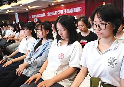 昨日,清华附中奥森、将台路校区邀请催眠专家莫洪波来到校园,给高三学子们减压。 图/视觉中国
