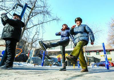 92岁高龄的朱振德依旧腰板笔直,一身军人气概不减当年,走起正步,动作标准有力,成为孙女学习的榜样。