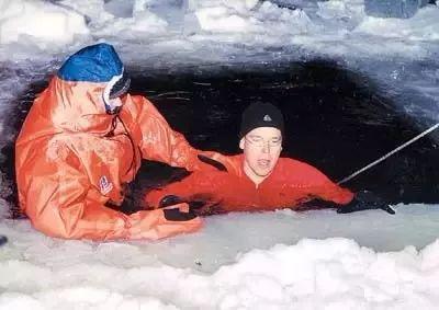 △阿爾貝在冰雪中接受訓練。