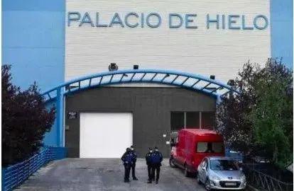 马德里一处溜冰场变临时停尸房。