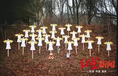 ↑桑迪胡克小学为纪念枪击事件树立起的木板天使(图自BBC)