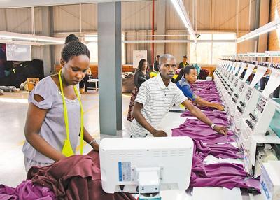 在卢旺达基加利郊区,当地员工在一家服装厂工作,这里生产的服装主要销往美国市场。 本报记者 李志伟摄