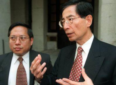 何俊仁(左)战李柱铭(左)