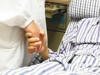 男子心臟驟停朋友胸外按壓過猛壓斷12根肋骨救回