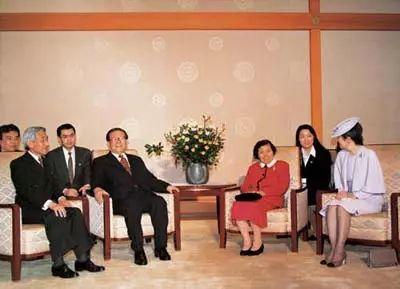 △1998年11月,江泽民夫妇在日本皇宫同日本明仁天皇夫妇会面