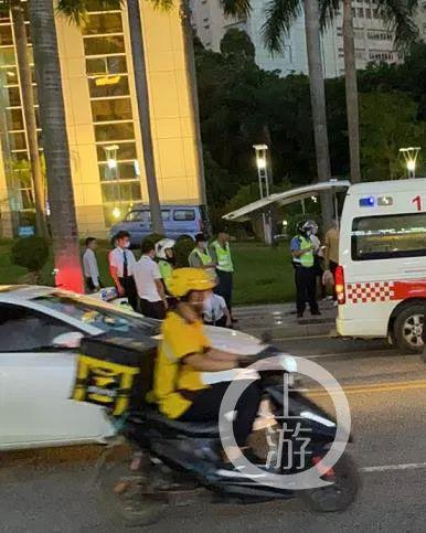 6月11日,東莞嶺南股份大樓有人被捅殺后,120搶救車趕到現場。/受訪者供圖