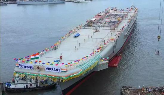 ▲ 印度首艘国产航母建成这样就硬要下水,而且下水不止搞一次。