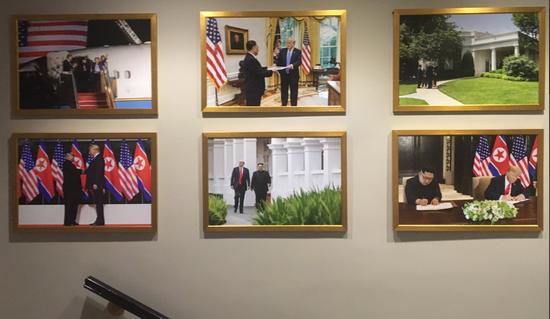 """白宫西厢办公室墙壁上挂满了""""金特会""""相关的照片"""