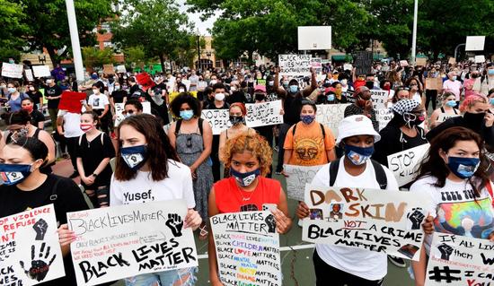 图为明尼苏达州抗议现场(Getty)