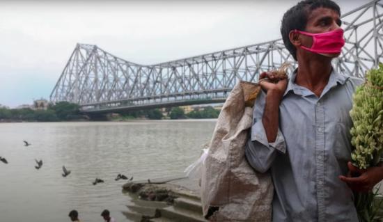 当地一位戴口罩的小商贩。图/Indian Express Online视频截图