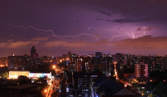 昨晚雷电交加,暴雨來袭。刘培恩摄
