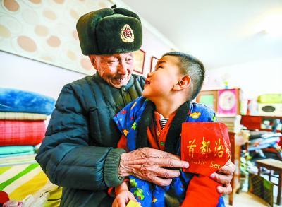 1989年退休后,一点儿都不落伍的朱老身穿红马甲,戴上红袖标,加入社区治安志愿者队伍,为行人指路,为百姓站岗。已经是四世同堂的他,还想要把这份精神传承给自己的小重孙。