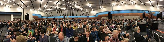 现场观众上座率极高,除了摄像机背后被挡住的区域