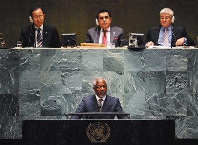 ▶聯合國前祕書長科菲·安南於8月18日在瑞士去世,享年80歲。這是2012年6月7日,時任聯合國-阿盟敘利亞危機聯合特使安南(前)在紐約聯合國總部出席會議。 新華社記者 申宏 攝
