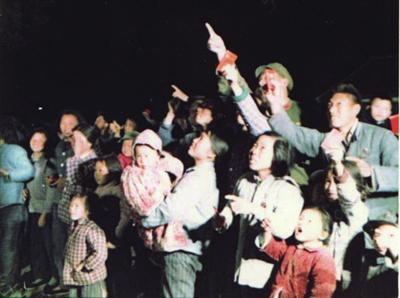 卫星发射后,人们仰头探求卫星的踪影 (资料照片)