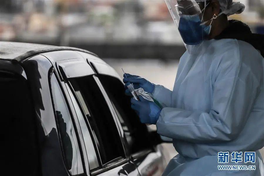▲7月31日,巴西布坦坦研究所的工作人员在圣保罗的一处免下车新冠病毒核酸检测站工作。新华社发(拉赫尔·帕特拉索 摄)