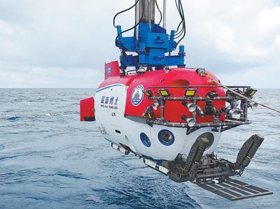 """""""深海勇士""""号在进行载人深潜试验。张素 摄(人民视觉)"""