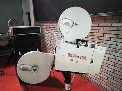 7月5日,横店影视集团的大厅内摆放着早期电影队的播放机。