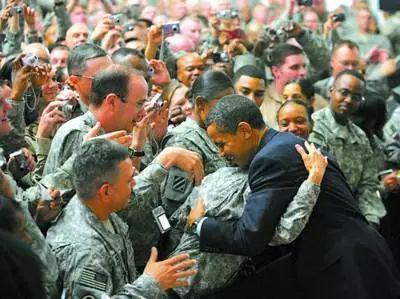图为抵达巴格达后奥巴马立即前往附近的一个美军基地接见当地美军。