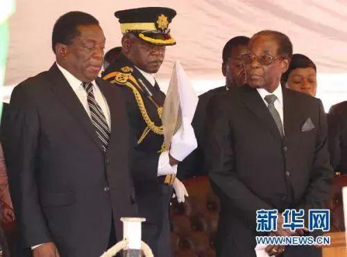 2017年11月1日在津巴布韦首都哈拉雷拍摄的津巴布韦总统穆加贝(前右)和时任副总统的姆南加古瓦(前左)出席活动的资料照片。新华社发(费列蒙摄)