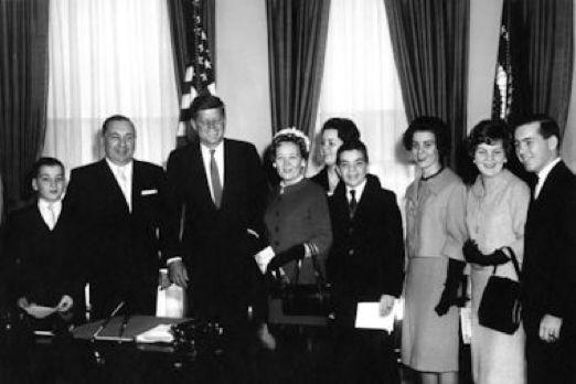 图为时任美国总统的肯尼迪在白宫接见戴利家族 图源:白宫官网