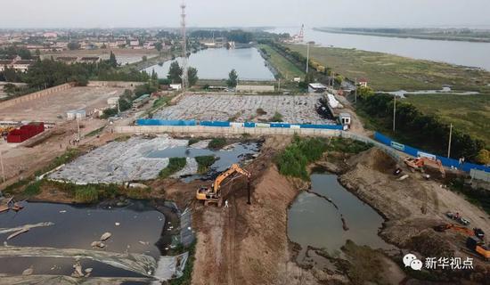 泰兴市滨江镇头圩村紧靠长江岸边的污泥堆积池(6月11日无人机拍摄)。新华社记者 季春鹏 摄
