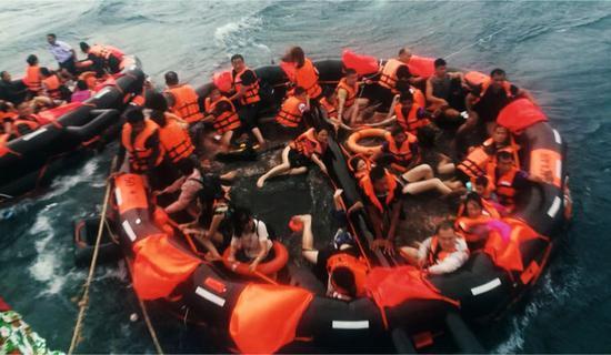 七月5号,在泰国普吉府普吉岛附近海域,翻船事故中游客被救起.图/新华