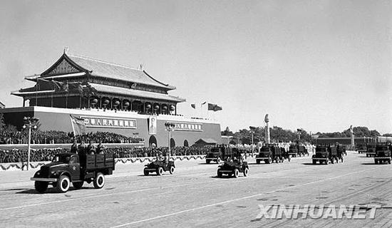 1952年10月1日,中国人民解放军机械化部队经过天安门广场。新华社发