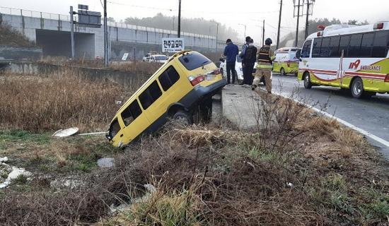 韩国一面包车被撞入农田 8名中国人受伤(现场)