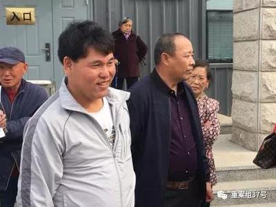 ▲再审宣判前,刘忠林(左)在吉林省高院门口等待。  新京报记者 袁静伟 摄