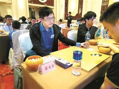刘超自称比赛时一直习惯将手机插在上衣口袋里(此前一次比赛时拍摄)